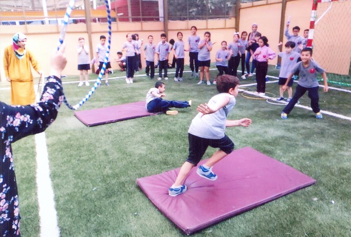 Die Kinder freuen sich am neuen Sportplatz an der AES