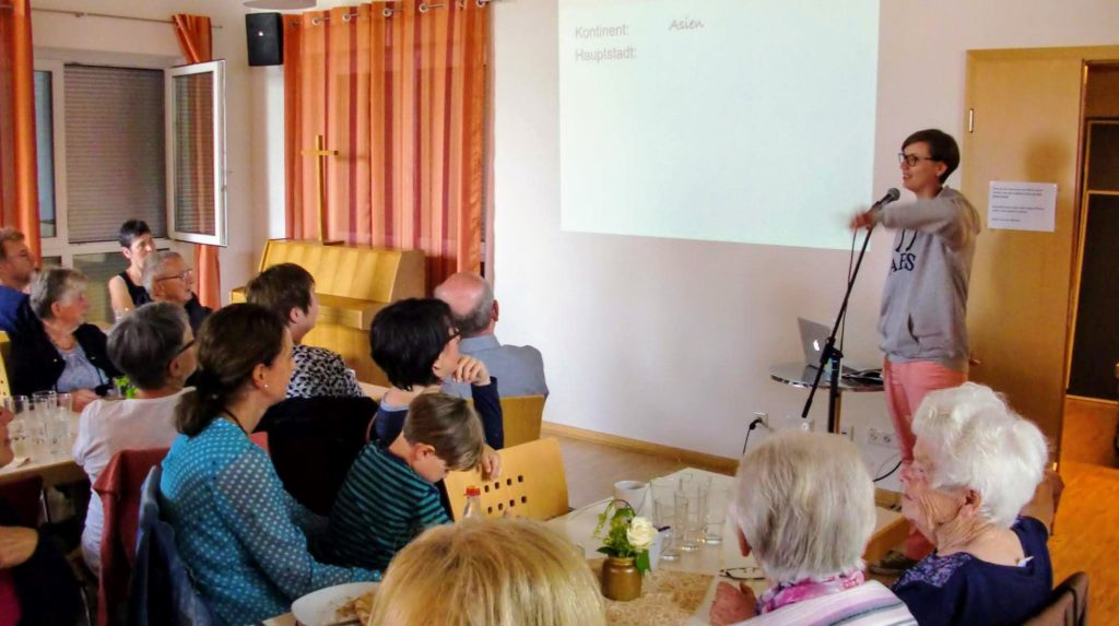 ehem Volontärin Lea Geldner informiert über die AES beim Gemeindenachmittag in Wallhausen