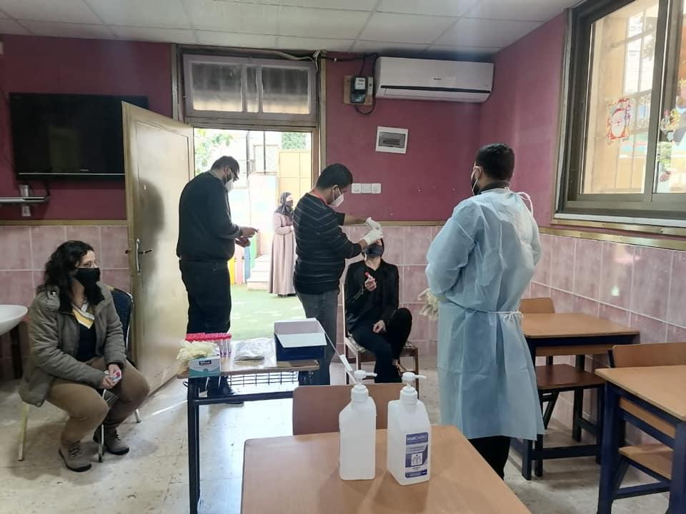 Ein Teams des jordanischen Gesundheitsministeriums testete die Mitarbeiterinnen und Mitarbeiter der AES auf Corona.