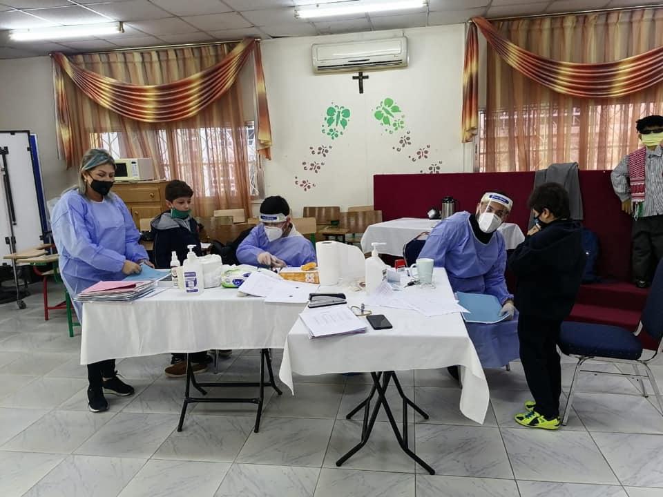 Die Kinder an der Arab Episcopal School werden von einem Team der Caritas Jordan Association auf das Coronavirus getestet.